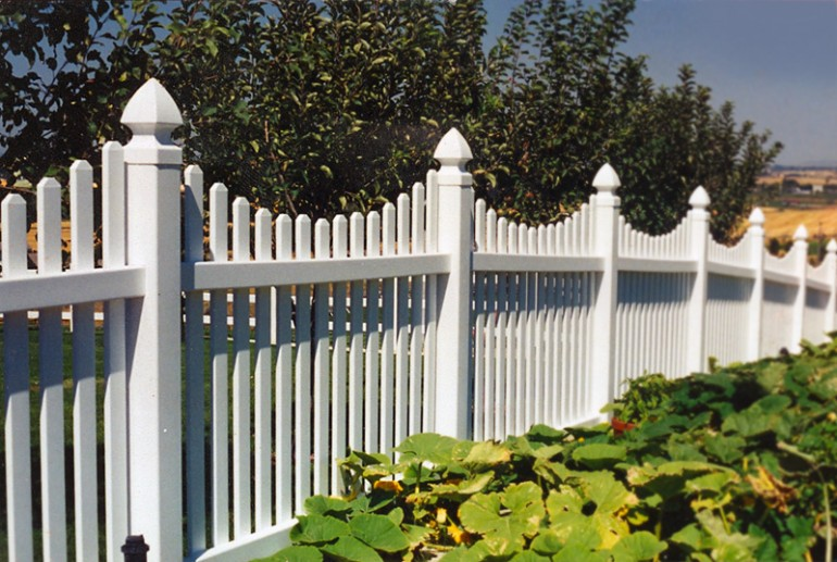 Scalloped vinyl fence fencing